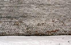 Wethered tegelstenvägg och hög av snö Royaltyfria Foton
