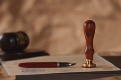 Wets achtergrondthema Vulpen en met de hand gemaakt document de pen van de wetsadvocaat zal notaris erfenis achtergrondconcept be stock fotografie