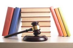 Wetsconcept - boek met houten rechtershamer op lijst in een rechtszaal of een handhavingsbureau Royalty-vrije Stock Foto
