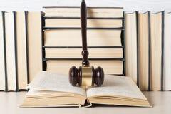 Wetsconcept - boek met houten rechtershamer op lijst in een rechtszaal of een handhavingsbureau Royalty-vrije Stock Afbeelding