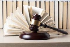 Wetsconcept - boek met houten rechtershamer op lijst in een rechtszaal of een handhavingsbureau Royalty-vrije Stock Fotografie