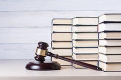 Wetsconcept - boek met houten rechtershamer op lijst in een rechtszaal of een handhavingsbureau Royalty-vrije Stock Foto's