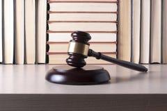Wetsconcept - boek met houten rechtershamer op lijst in een rechtszaal of een handhavingsbureau Stock Foto