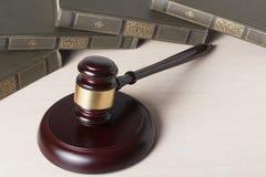Wetsconcept - boek met houten rechtershamer op lijst in een rechtszaal of een handhavingsbureau Stock Fotografie