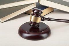 Wetsconcept - boek met houten rechtershamer op lijst in een rechtszaal of een handhavingsbureau Stock Afbeelding
