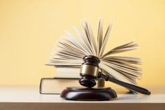 Wetsconcept - boek met houten rechtershamer op lijst in een rechtszaal of een handhavingsbureau Royalty-vrije Stock Afbeeldingen