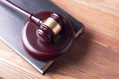 Wetsconcept - boek met houten rechtershamer op lijst in een rechtszaal of een handhavingsbureau Stock Afbeeldingen