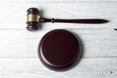 Wetsconcept - houten rechtershamer op lijst in een rechtszaal of een handhavingsbureau Royalty-vrije Stock Afbeelding