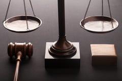 Wetsschalen en houten hamer stock afbeelding