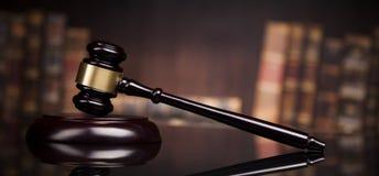Wetsthema, houten hamer van de rechter, houten bureau, boeken stock foto's