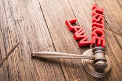 Wetsthema, houten hamer van rechter, houten hamer stock afbeelding