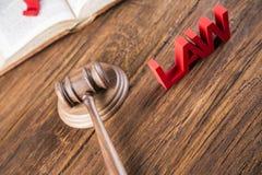 Wetsthema, houten hamer van rechter, houten hamer stock afbeeldingen