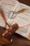 Wetsthema, houten hamer van rechter, houten hamer Stock Foto