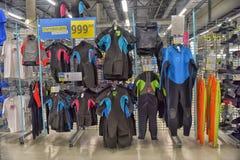 Wetsuits en la tienda de las mercancías que se divierte Fotografía de archivo