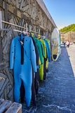 Wetsuits en surfplankenwinkel in Zurriola-strand San Sebastian, Donostia Royalty-vrije Stock Fotografie