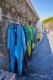 Wetsuits och surfingbrädor shoppar i den Zurriola stranden San Sebastian Donostia Royaltyfri Fotografi