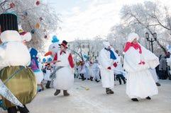 Wettbewerb des neuen Jahres von Schneemännern. Lizenzfreie Stockfotografie