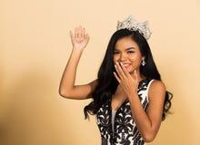 Wettbewerb Fräulein-Beauty Pageant Queen im asiatischen Kleid stockfotografie