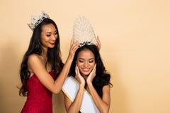 Wettbewerb Fräulein-Beauty Pageant Queen im asiatischen Kleid lizenzfreies stockfoto