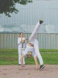 Wettbewerb Russlands Nikolskoe im Juli 2016 an crossfit Mann stellt zu Tanz capoeira dar stockfotos