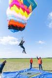 Wettbewerb von Fallschirmspringern auf Landungsgenauigkeit Stockbilder
