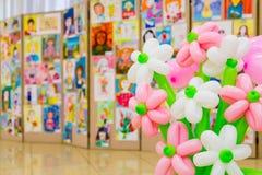 Wettbewerb von Kind-` s Zeichnungen Ausstellung von Kind-` s Kunst Bunte Ballone im Vordergrund Defocused Hintergrund Lizenzfreie Stockfotos