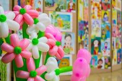 Wettbewerb von Kind-` s Zeichnungen Ausstellung von Kind-` s Kunst Bunte Ballone im Vordergrund Defocused Hintergrund Stockfoto