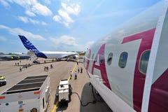 Wettbewerb zwischen Boeing 787-8 Dreamliner und Airbus A350-900 XWB in Singapur Airshow Lizenzfreie Stockfotografie