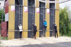 Wettbewerbe auf Rettung tragen unter den Angestellten des EMERCOM von Russland zur Schau Stockfotos