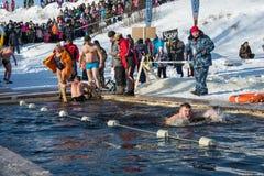 Wettbewerbe auf Schwimmen im Schmelzwasser, am Festival Winter fu Stockbilder