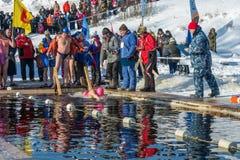 Wettbewerbe auf Schwimmen im Schmelzwasser, am Festival Winter fu Lizenzfreies Stockfoto