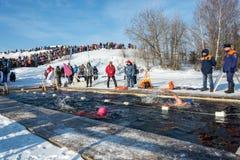 Wettbewerbe auf Schwimmen im Schmelzwasser, am Festival Winter fu Lizenzfreies Stockbild