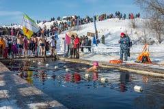 Wettbewerbe auf Schwimmen im Schmelzwasser, am Festival Winter fu Stockfoto
