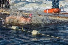 Wettbewerbe auf Schwimmen im Schmelzwasser, am Festival Winter fu Lizenzfreie Stockfotos