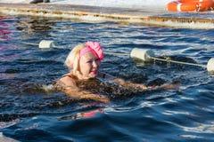 Wettbewerbe auf Schwimmen im Schmelzwasser, am Festival Winter fu Lizenzfreie Stockbilder