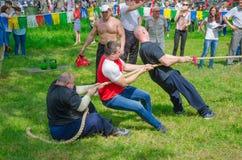 Wettbewerbe im Tauziehen unter Männern lizenzfreies stockfoto