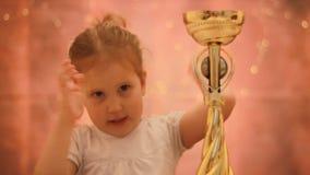 Wettbewerbe und erster Platz belohnung Cup des Siegers Glückliches junges Mädchen, das Taschen auf einem weißen Hintergrund hält stock video