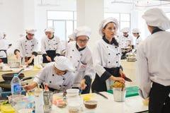 Wettbewerbs-Schule von Geschäftsführungsstudenten (Junioreisenchef) kochen Stockbild