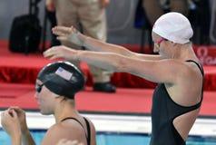 Wettbewerbsfähiger Schwimmer Emily SEEBOHM AUS und NORDMANN Lucie USA Lizenzfreie Stockfotos