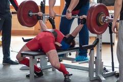 Wettbewerbsmänner Powerlifting Lizenzfreie Stockbilder