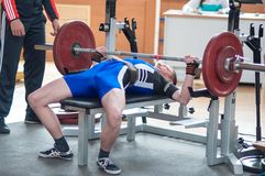 Wettbewerbsmänner Powerlifting Stockfoto