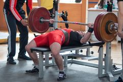 Wettbewerbsmänner Powerlifting Stockbilder