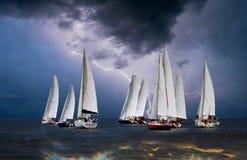 Wettbewerbssport des Segelns Schöne Seelandschaft Stockfotografie