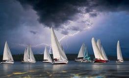 Wettbewerbssport des Segelns Schöne Seelandschaft Stockfotos