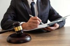 Wettelijk wet, raads en rechtvaardigheidsconcept, adviseuradvocaat of notar royalty-vrije stock foto's
