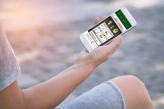 Wetten auf Sport mit Smartphone lizenzfreie stockfotografie