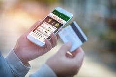 Wetten auf Sport mit Smartphone lizenzfreies stockbild