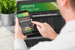 Wetten des gewetteten Sporttelefonglücksspiel-Laptopkonzeptes stockfoto
