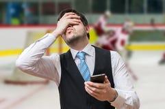 Wetten des on-line-Konzeptes Mann ist enttäuscht und missfallen Stockbilder