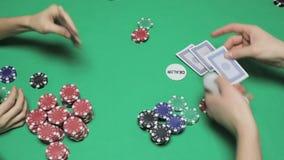 Wetten im Pokerspiel auf der grünen Tabelle stock video